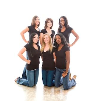 Seis jovens mulheres atraentes em camisetas e jeans combinando
