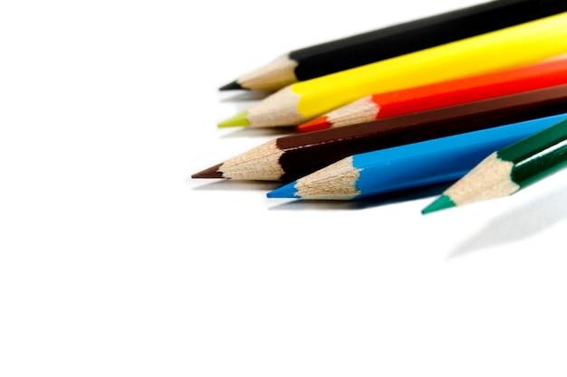 Seis lápis de cor sobre fundo branco