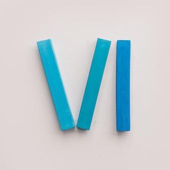 Seis pedaços de giz de cera azul pastel