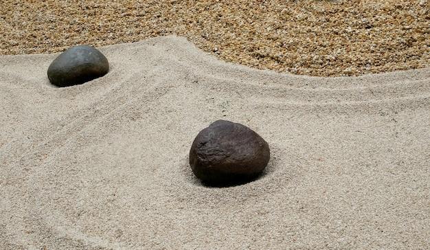 Seixos de diferentes formas em um jardim de arte japonesa