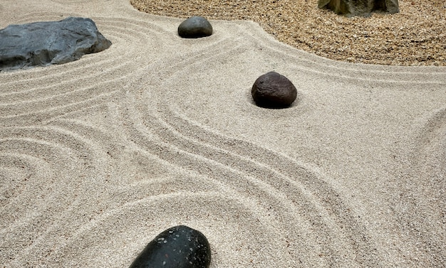 Seixos em diferentes formas em um jardim de arte japonesa em riva del garda