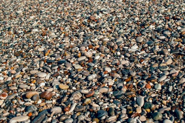 Seixos molhados no fundo da costa do mar