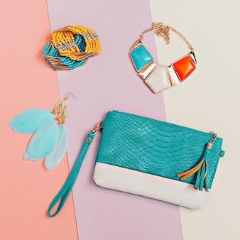 Seja elegante. acessórios elegantes para senhora. colares, pulseiras, brincos, clutch. detalhe da moda