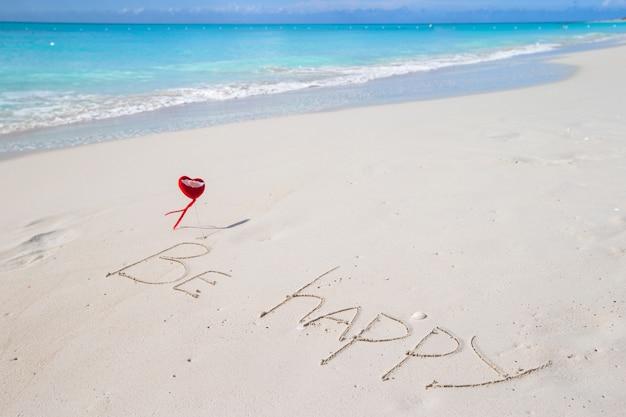 Seja feliz escrito em uma praia tropical