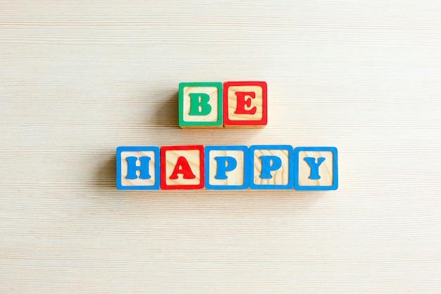 Seja feliz palavra em cor selo de cubo de madeira
