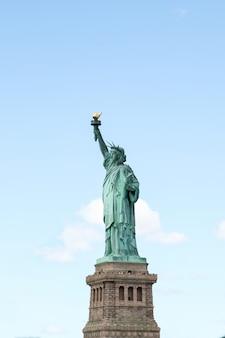 Seja lateral marco a estátua da liberdade é a mais famosa em nova york, eua.