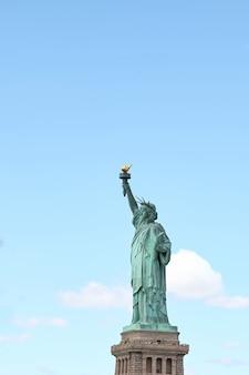 Seja lateral marco a estátua da liberdade é mais famosa em nova york, eua.