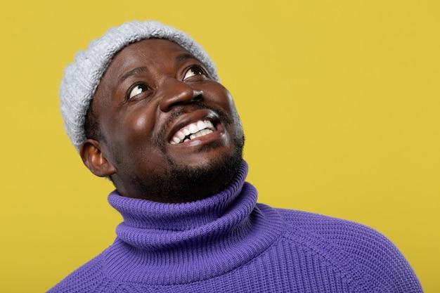 Seja positivo. homem de pele escura sentindo felicidade ao olhar para cima