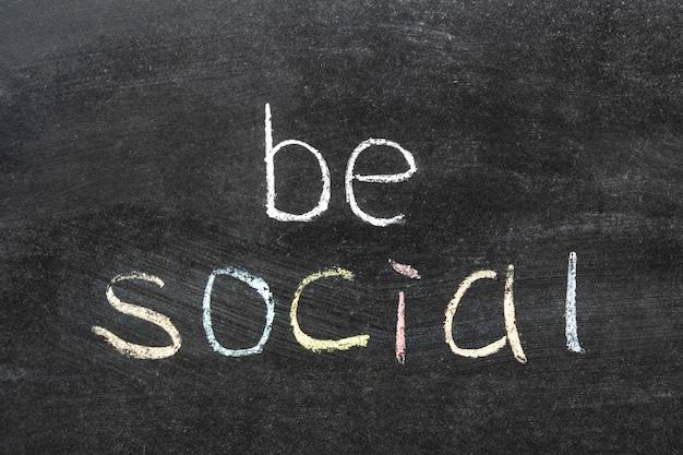 Seja uma frase social escrita à mão no quadro da escola