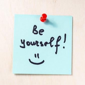 Seja você mesmo nota em papel postá-lo
