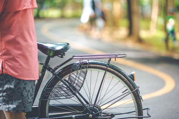 Sela de bicicleta com rua