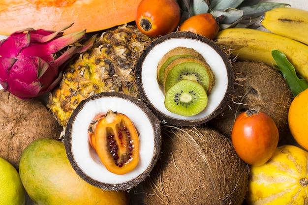 Seleção close-up de frutas exóticas prontas para serem servidas