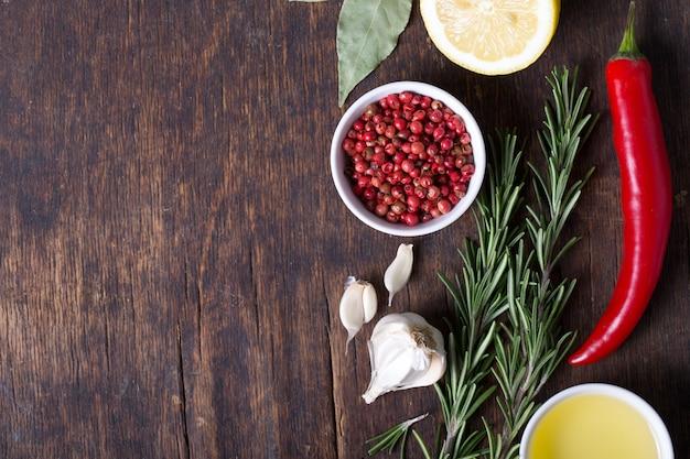 Seleção colorida de ervas e especiarias. ingredientes aromáticos na mesa de madeira