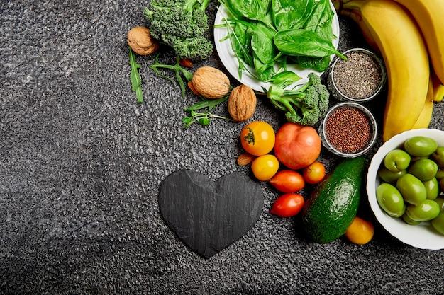 Seleção de alimentos que são bons e saudáveis para o coração