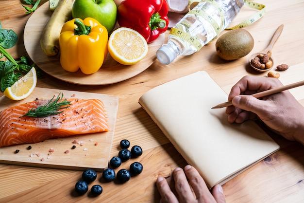 Seleção de alimentos saudáveis para o coração em fundo de madeira