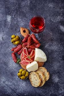 Seleção de aperitivo italiano. conjunto de lanche de vinho. foco seletivo