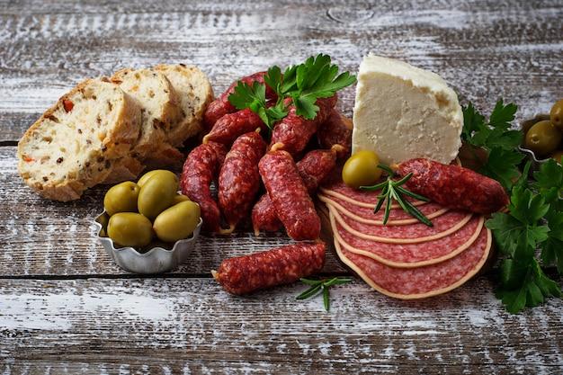 Seleção de aperitivo italiano. conjunto de lanche de vinho.