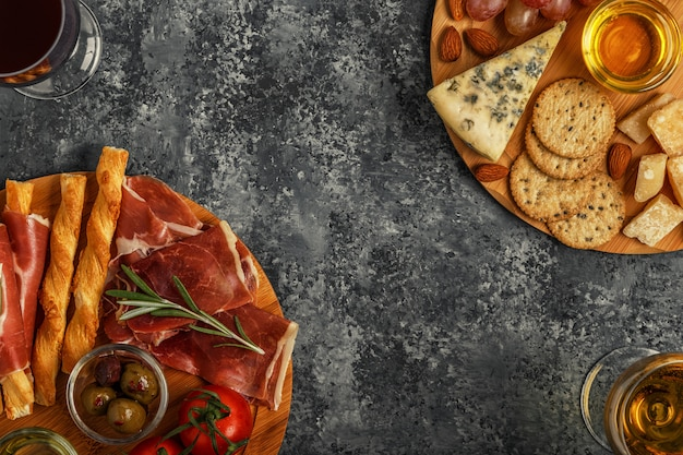 Seleção de aperitivos de queijos e carnes