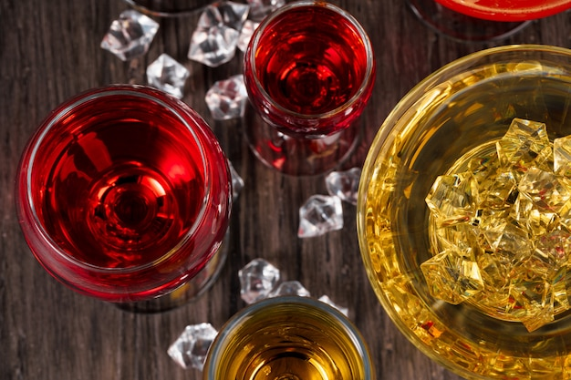 Seleção de bebidas alcoólicas em copos diferentes