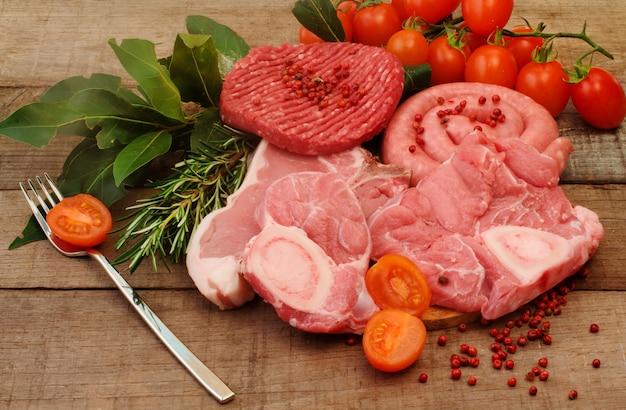 Seleção de carne crua sobre madeira áspera
