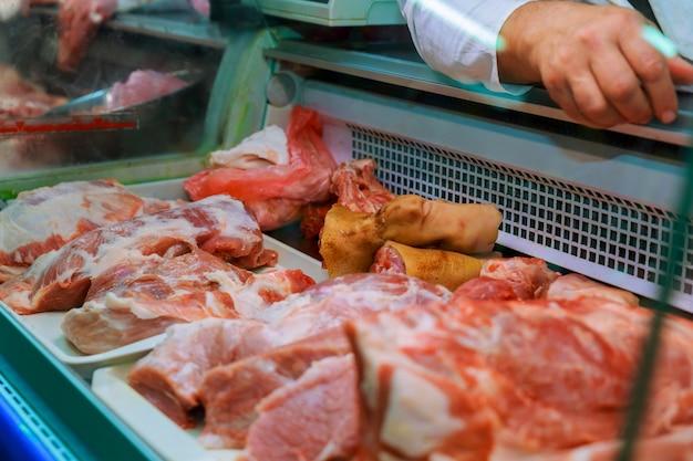Seleção de carne de qualidade em um açougue