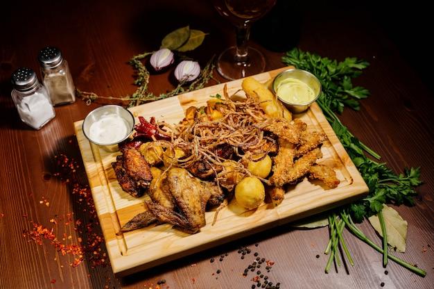 Seleção de cerveja e lanches. batatas fritas, peixe, salsichas de cerveja em cima da mesa