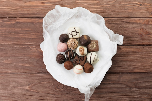 Seleção de chocolate de vista superior em um prato