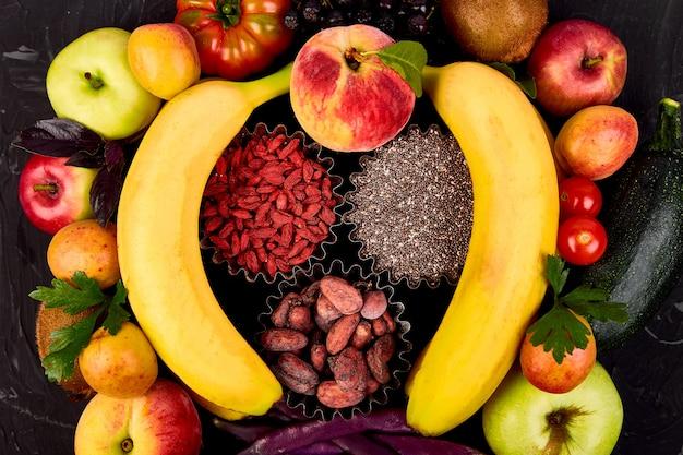 Seleção de comida colorida saudável: frutas, vegetais, sementes, superalimento