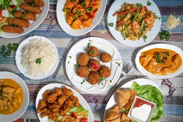 Seleção de comida indiana incluindo curry e arroz