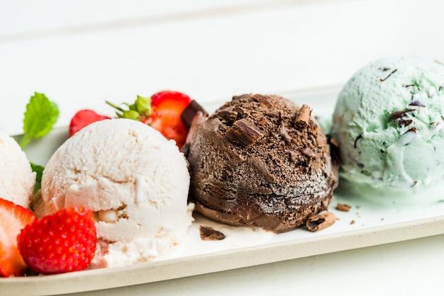 Seleção de diferentes colheres de sorvete