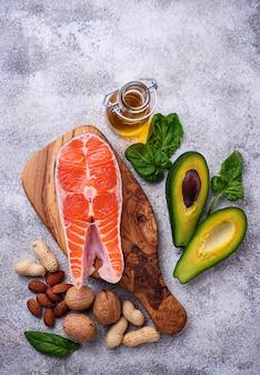 Seleção de fontes saudáveis de gordura e ômega 3.