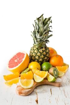 Seleção de frutas tropicais na mesa branca