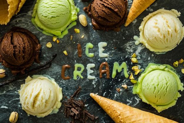 Seleção de gelado colorido em tigelas brancas