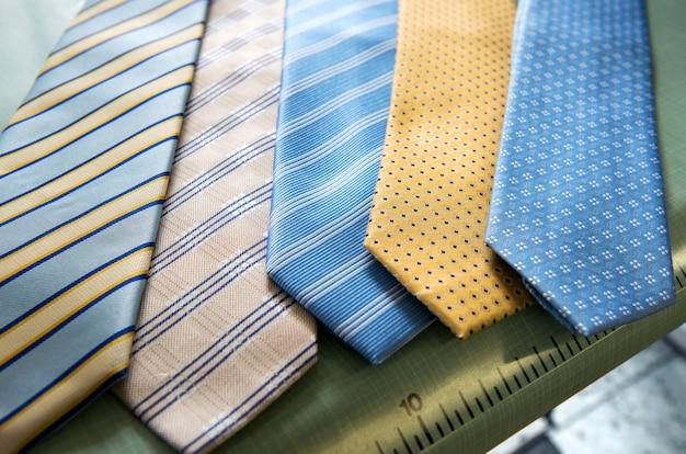 Seleção de gravatas artesanais em um alfaiate