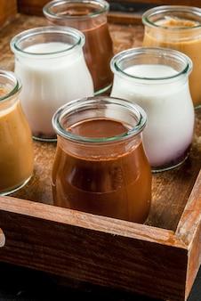 Seleção de iogurtes ou sobremesas na bandeja