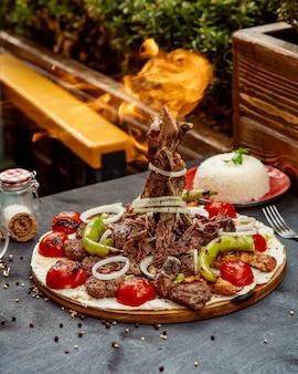Seleção de kebab misto com legumes