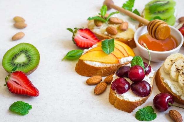 Seleção de lanches saudáveis naturais coloridos do verão.
