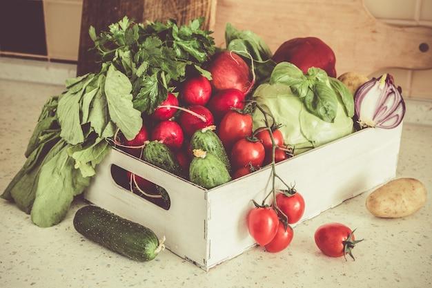 Seleção de legumes frescos do mercado dos fazendeiros, cópia espaço, tonificado