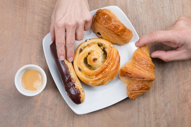 Seleção de pães frescos servidos no café da manhã