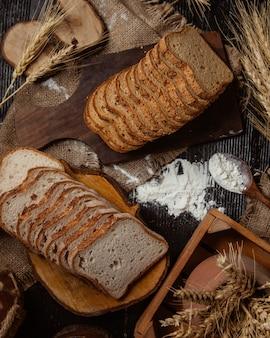 Seleção de pão fatiado com gergelim e sem