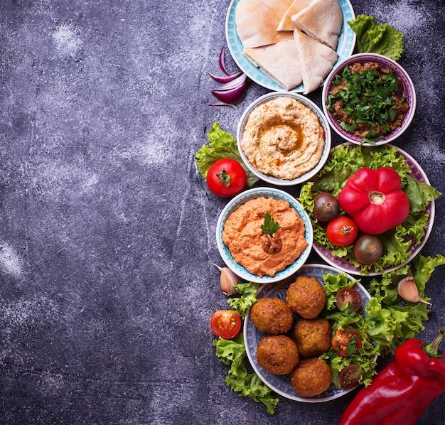 Seleção de pratos orientais ou árabes.