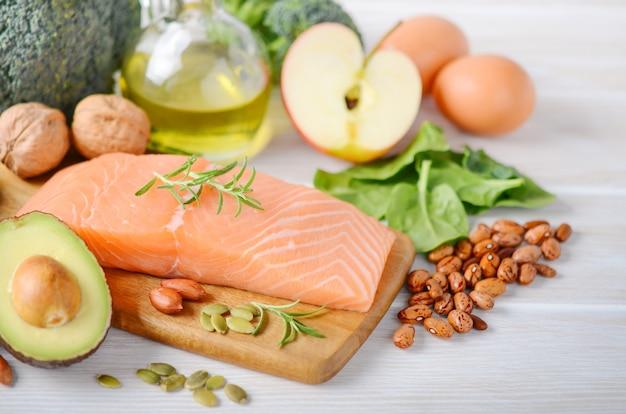 Seleção de produtos saudáveis. conceito de dieta equilibrada.