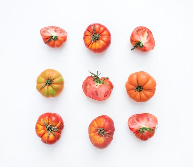 Seleção de tomates da herança em um fundo branco.