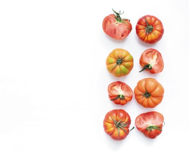 Seleção de tomates da herança em um fundo branco
