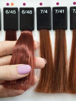 Seleção de uma tonalidade de tintura de cabelo
