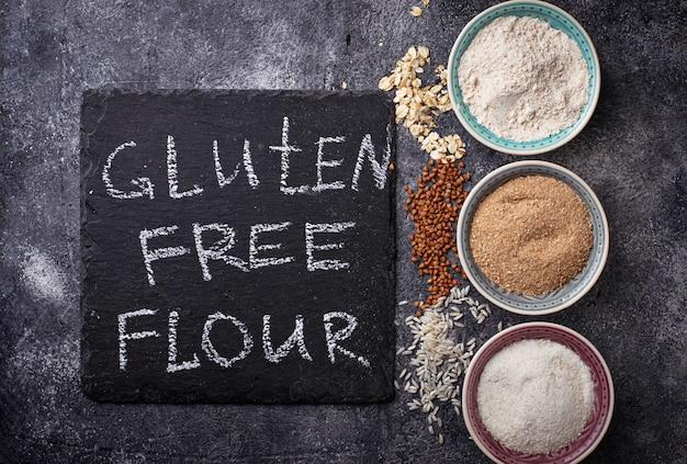 Seleção de várias farinhas sem glúten (trigo, arroz e aveia)