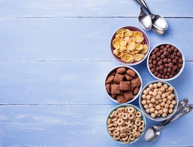 Seleção de vários flocos de milho no café da manhã