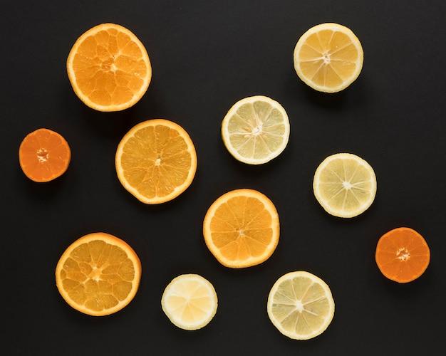 Seleção de vista superior de fatias de laranja e limão
