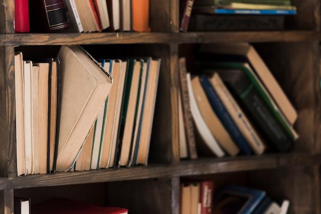 Seleção em close-up da estante de literatura