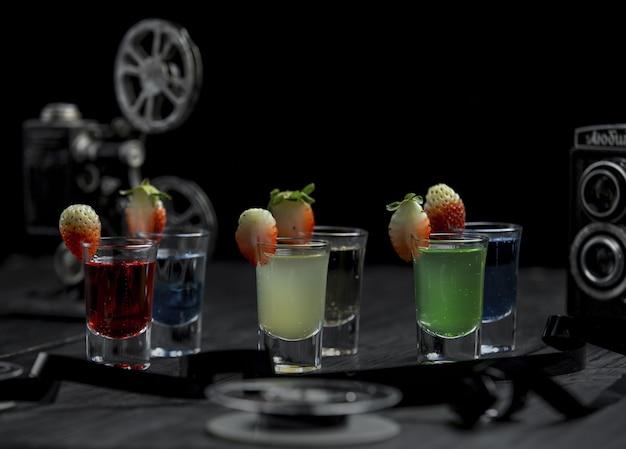 Seleção múltipla de bebidas alcoólicas em copos pequenos